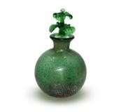 Eine grüne Flasche auf einem weißen Hintergrund Lizenzfreies Stockbild