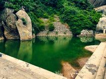 Eine grüne Lagune auf die Spitzenoberseite dieses Hügels! stockfotografie