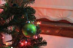 Eine grüne Weihnachtskugel schoss Nahaufnahme auf a auf einem Weihnachtsbaum lizenzfreie stockfotografie