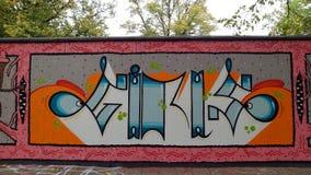 Eine Graffitiwand im Herbst Stockfotos