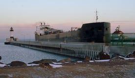Eine Great Lakes Fracht kommen das Duluth, Mangan-Hafen Lizenzfreies Stockbild