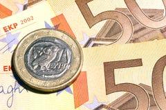 Eine griechische Euromünze u. Banknoten Stockfoto