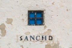 Eine Großaufnahme zu einem Fenster einer alten Windmühle auf dem Hügel nahe Consuegra Stockbilder