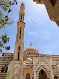 Eine große alte beige arabische islamische moslemische Steinmoschee, ein Tempel für Gebete zu einem Gott mit einem hohen Turm in  lizenzfreie stockbilder