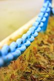 Eine große alte blaue Kette des rostigen Metalls in der Stadt Nahaufnahme Lizenzfreie Stockbilder