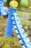 Eine große alte blaue Kette des rostigen Metalls in der Stadt Nahaufnahme Stockfoto