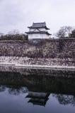 Eine große alte Steinwand und ein kleines Schloss von Osaka ziehen sich zurück Lizenzfreie Stockbilder