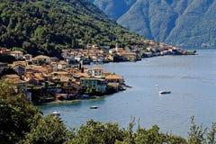 Eine große Ansicht über ein kleines Dorf in Italien stockbild