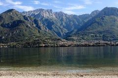 Eine große Ansicht über einen kleinen See in Italien stockfoto