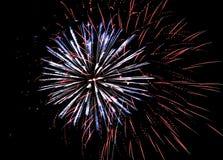 Eine große Anzeige von Feuerwerken beleuchten den Himmel auf Juli 4. stockbild