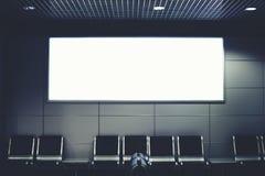 Eine große Fahne in der Lobby des Flughafens Stockfotos