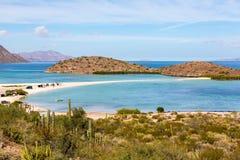 Eine große Familie, welche die Feiertage in einem netten Strand des blauen Wassers in Baja California genießt Lizenzfreie Stockfotos