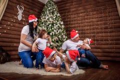 Eine große glückliche Familie trat zu Hause unter dem Weihnachtsbaum zusammen Die gleichen Ausstattungen für die ganze Familie Fe stockbild