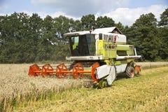 Eine große grüne Erntemaschine Lizenzfreies Stockbild