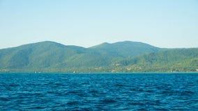 Eine große grüne Insel mit tiefem blauem dunklem Meer in karimun jawa Insel lizenzfreies stockbild