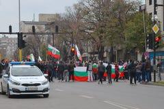 Eine große Gruppe Protestleute mit Flaggen nahm an einer Demonstration auf Stadtstraße teil lizenzfreie stockfotografie