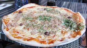 Eine große italienische Pizza Stockbilder