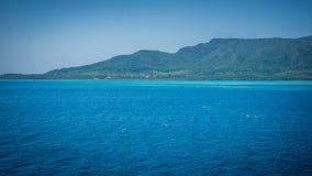 Eine große karimun jawa Insel mit grüner Landschaft und schöner blauer Ozeanmeer- und Grünermischungsfarbe stockfotos