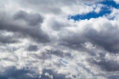 Eine große Kumuluswolke im blauen Himmel Lizenzfreie Stockfotos