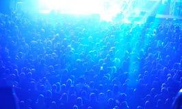 Eine große Menge von Leuten am Konzert stockbild