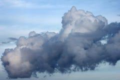 Eine große niedrige dunkle schöne Gewitterwolkennahaufnahme Lizenzfreie Stockfotos