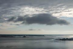Eine große regnerische Wolke über der Insel landschaft Dnieper ukraine Stockbilder