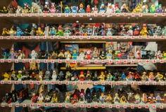Eine große Sammlung Action-Figuren auf den Regalen eines Stalls Lizenzfreies Stockfoto