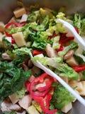 Eine große Schüssel eines geschmackvollen Salats stockbilder