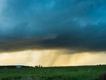 Eine große Sturmwolke über einem Feld Lizenzfreie Stockfotografie