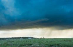 Eine große Sturmwolke über einem Feld Lizenzfreies Stockfoto