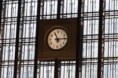 Eine große Uhr auf Wand von den Fenstern mit Zeilen Stockfotos