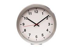 Eine große weiße Uhr zeigt das zeit- Bild stockfotos