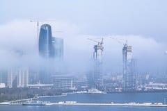 Eine große weiße Wolke fiel auf die Stadt und schloss die Gebäudeansicht Nebelige Wolke bewegt sich vom Meer auf die Stadt Lizenzfreies Stockfoto