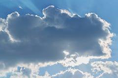 Eine große Wolke bedeckte die Sonne Durch die Wolken, die Strahlen der Sonne glänzen Stockbild
