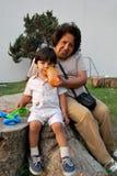 Eine Großmutter, die um ihrem Enkel sich kümmert Lizenzfreie Stockbilder