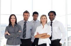 Eine Gruppe überzeugte Geschäftsleute stockfotografie
