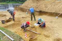 Eine Gruppe Archäologen gräbt eine alte Beerdigung aus Skizzieren Sie und die Koordinaten der Ergebnisse in den Bericht des expe  Stockfotos