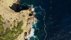 Eine Gruppe Athleten schwimmen in Kajaks um den Ostkap der Insel von Ibiza Vogelperspektive der Balear-Inseln stock video