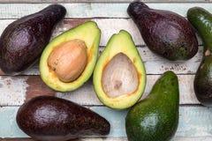 Eine Gruppe Avocados Stockfotos