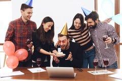 Eine Gruppe Büroangestellte feiern den fünften Jahrestag ihrer Firma stockfotos