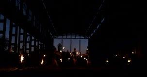 Eine Gruppe Berufskünstler mit Feuer zeigen die Show jonglierend und mit Feuer tanzend in der Zeitlupe stock video