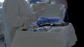 Eine Gruppe Chirurgen ` Doktoren wählt spezielle Instrumente für Beinchirurgie vor stock video