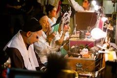 Eine Gruppe des chinesischen Opernmitgliedes bereitet sich an der Bühne hinter dem Vorhang vor lizenzfreies stockfoto