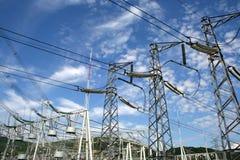 Eine Gruppe des Elektrizitätsleistunggondelstiels Stockfotos