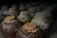 Eine Gruppe des keramischen Biersiegelfasses, gespeichert in einer Bierfabrik in Zhou Zhuang, China lizenzfreie stockfotografie