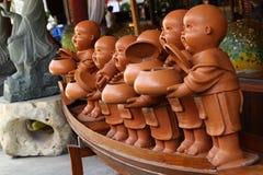 Eine Gruppe des Miniaturmodells die Almosen eines buddhistischen Mönchs rollen stockbilder