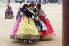 Eine Gruppe des weiblichen Touristen koreanisches traditionelles Kostüm, hanbok, a schauend tragend stockfoto