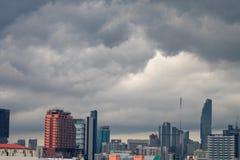 Eine Gruppe dunkle Wolken werden über der Stadt gebildet und erfasst, bevor es regnet Lizenzfreies Stockbild