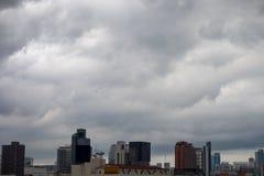 Eine Gruppe dunkle Wolken werden über der Stadt gebildet und erfasst, bevor es regnet Stockfoto