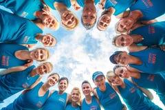 Eine Gruppe Eignungsleute team zusammen in einem Kreis für Erfolgsenergie, Teamwork-Erfolgskonzept lizenzfreie stockbilder